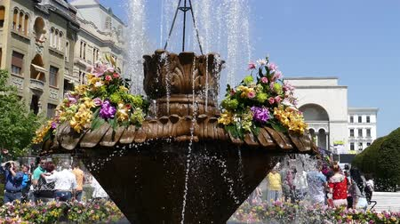 retro revival : TIMISOARA, ROMANIA - APRIL 27, 2018: Beautiful old fountain with floral decorations in Victory Square, on the occasion of the Flower Festival organized by the City Hall. Stock Footage