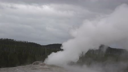 geiser : Super slow motion capture van Yellowstone's Old Faithful geyser die tussen de uitbarstingen stoomt Stockvideo