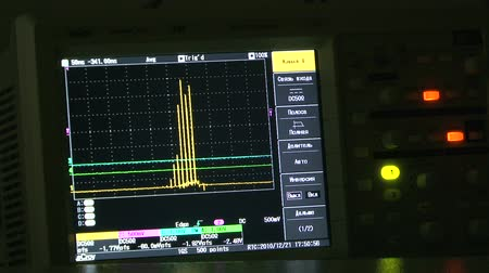 laboratório : The display of the oscilloscope, the amplitude-frequency characteristic. Vídeos