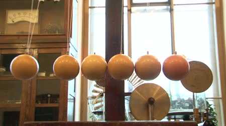 hangen : Ballen op strings Stockvideo