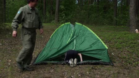 kamp : Dad with daughter put a tent