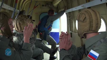 komutan : Military parachutists jump out of the plane Stok Video
