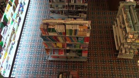 knihkupectví : A shelf with books