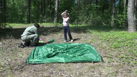 souprava : Dad with daughter put a tent