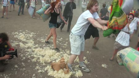 harc : A crowd of people fighting pillows Stock mozgókép