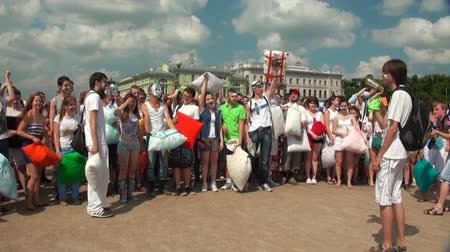 śmiech : A crowd of people fighting pillows Wideo