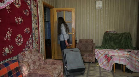 сумка : A woman with a suitcase out of the house