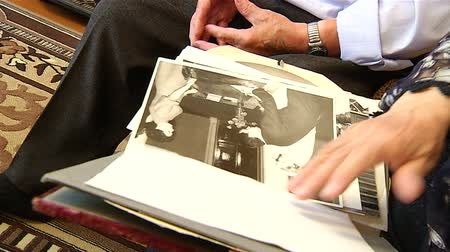 emberi ujj : Old pictures in the hands of the elders
