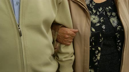 casal heterossexual : Grandmother holds the hand of the grandfather