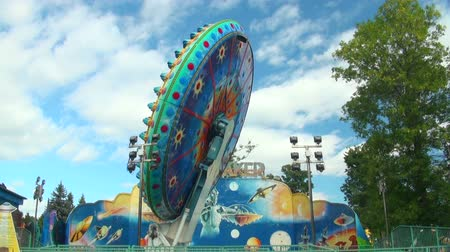 carnaval : Carrousel plaat extreme attractie Stockvideo