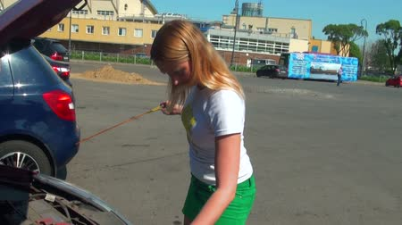 řidič : Blonde opens the hood of a car