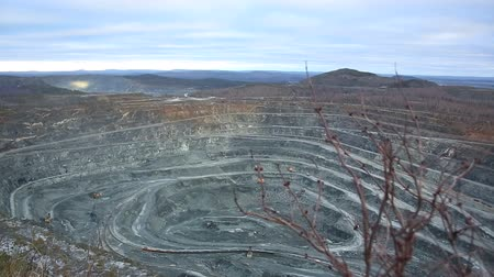 шахта : Quarry for mining of ore, minerals. Dust after the explosion.