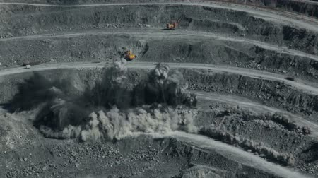 pedreira : Explosion rocks in a quarry. Mining.
