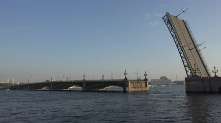 otwarcie : Divorce Trinity Bridge in St. Petersburg in the afternoon. Day. Shot in 4K (ultra-high definition (UHD)), so you can easily crop, rotate and zoom, without losing quality!  Real time. Wideo