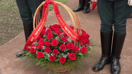 bordas : Basket with red roses. Shot in 4K (ultra-high definition (UHD)), so you can easily crop, rotate and zoom, without losing quality!  Real time.