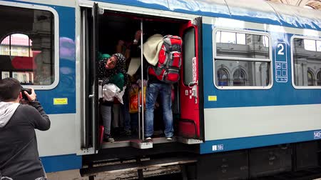 luxúria : BUDAPEST, HUNGARY - AUTUMN 2015: Immigrants and refugees at the railway station in Budapest. People in Syria and the Middle East. Shot in 4K ultra-high definition UHD.