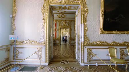 saray : Gorgeous rooms and interiors of the Catherine Palace in St. Petersburg.