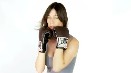 молодые женщины : Young woman boxing slow motion
