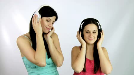 két : beautiful girls listening music