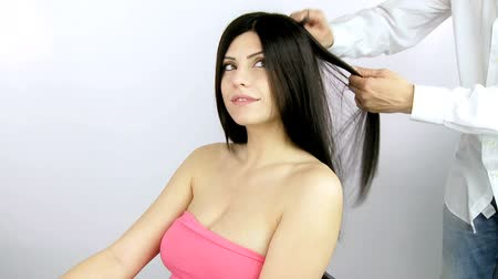uzun saçlı : Beautiful woman getting long hair ironed and styled Stok Video