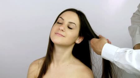 tüyler : Beautiful female model getting haircut from hairstylist Stok Video