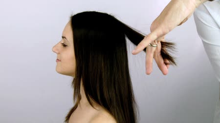 długie włosy : Hairdresser cutting long layers