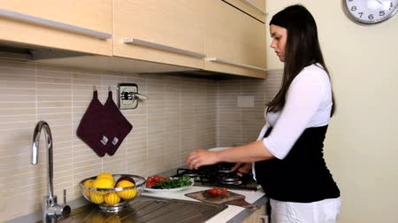terhes : pregnant woman cooking