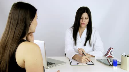 pacjent : doctor and woman talking in a studio professional Wideo