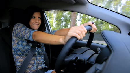 řidič : Woman driving car happy singing