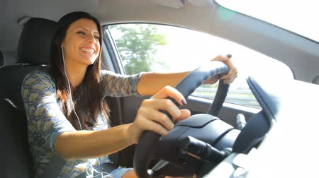řidič : Gorgeous young woman driving car while chatting with handphone Dostupné videozáznamy