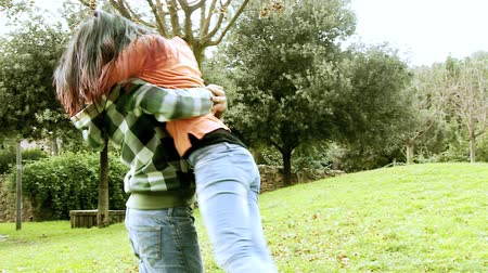 sarılmak : Couple hugging in park Stok Video