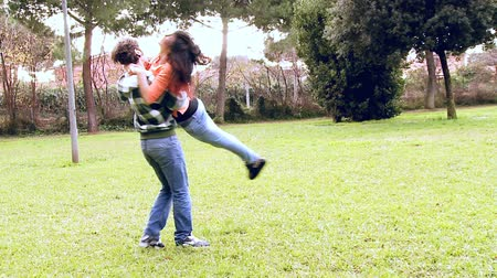 namorado : Girlfriend in love jumping in the arms of boyfriend Vídeos