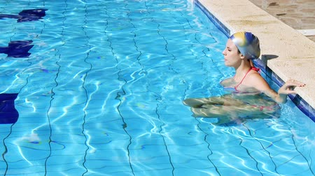 пловец : Gorgeous swimmer waiting to start training in swimming pool