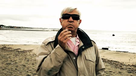 гангстер : Criminal on the beach smoking