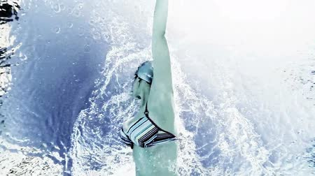 nadador : Professional swimmer shot from underwater slow motion