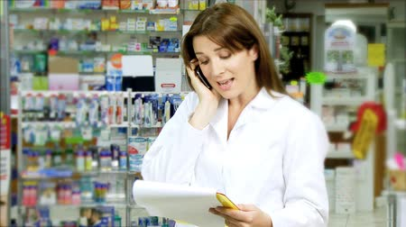 фармацевт : Good looking woman pharmacist on the phone