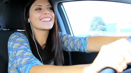 řidič : Happy woman on the phone in the car having fun driving Dostupné videozáznamy