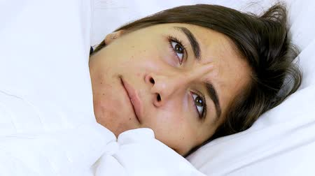 doente : Sic woman with fever in bed at home closeup