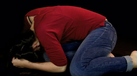 испуг : Woman after domestic violence crying on the ground in the dark