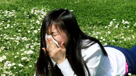 mal : Sick woman with allergy sneezing strong
