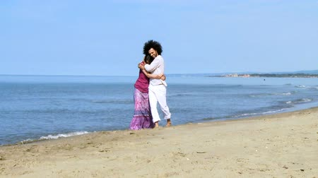 társkereső : Happy couple hugging on beach