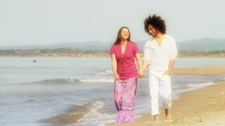 társkereső : Beautiful couple walking in front of ocean