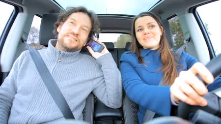 řídit : Happy couple on the phone while driving