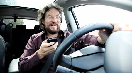 řidič : Man driving in a dangerous way texting with cell phone