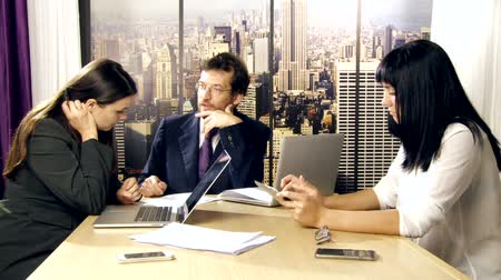 консалтинг : Office meeting between business people in New York Стоковые видеозаписи