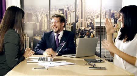 сотрясение : Business people in office in New York