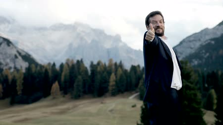 sucesso : Happy man thumb up in the mountain