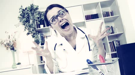 комедия : Woman doctor working in office funny