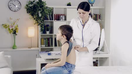 incelenmesi : Woman doctor checking little boy health