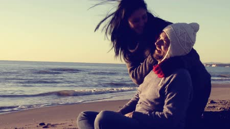 sarılmak : Happy couple in love on the beach in winter retro style